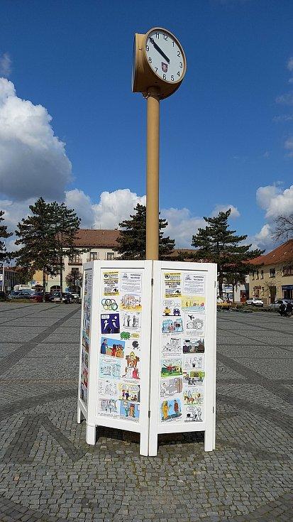 Výstavu kresleného humoru připravili v Moravském Krumlově pod otevřeným nebem.