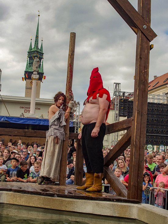 Znojemské historické vinobraní 2019. Diváky přitahovala i historická scéna na hlavním pódiu včetně trestání nepočestných helprechtnic.