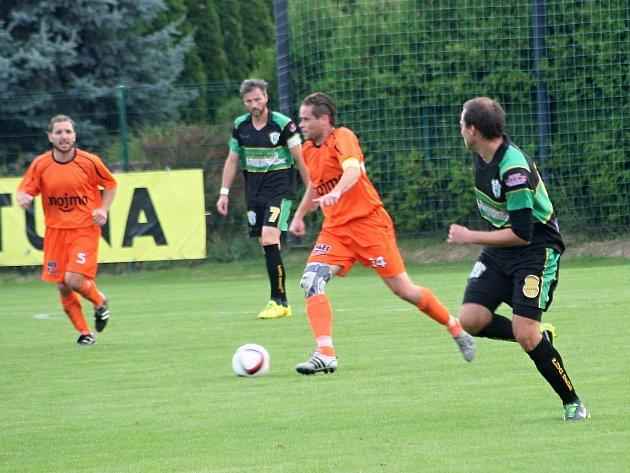 Fotbalisté IE Znojmo (v oranžovém).