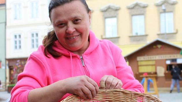 Milena Borůvková pletla košíky přímo na znojemském Horním náměstí na tradičních velikonočních trzích.