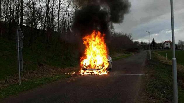 OBRAZEM: Požár auta u Šanova: hořet začalo od motoru