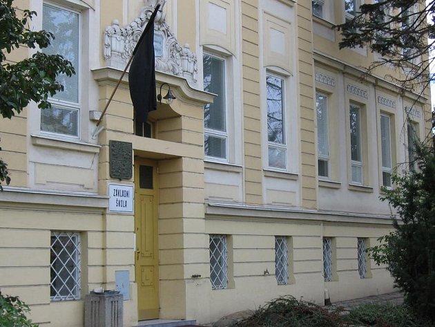 Na základní škole v Hrušovanech nad Jevišovkou dnes visí černý prapor.