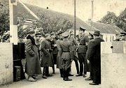 Převzetí budovy celnice německými vojenskými orgány a odchod českých vojáků, Hatě, říjen 1938.