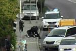 Znojemští strážníci oživovali starší řidičku po kolapsu za volantem.