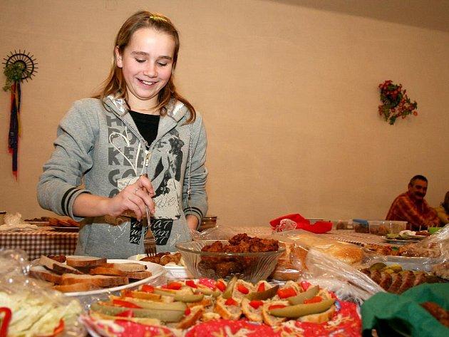 Obyvatelé Damnic oživují tradice. Na masopust připravili speciality z mletého masa.