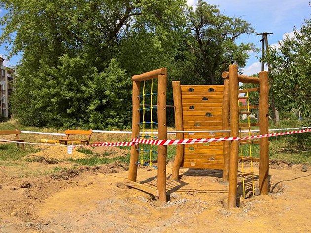 V Pionýrské ulici vyrůstá nové hřiště pro děti.