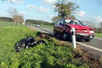 Svědky dopravní nehody, při které se těžce zranili dva lidé na motocyklu, hledají znojemští policisté.