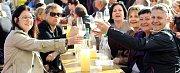 Stovky lidí si o víkendu našly cestu na 13. Burčákfest v Louckém klášteře ve Znojmě. Tradičně se šlapalo víno bosýma dívčíma nohama, ochutnával burčák i vyzrálé víno ve štukovém sále.