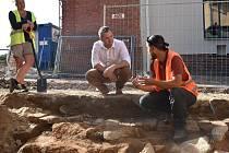 Archeolog David Humpola se starostou Znojma Janem Groisem na místě výzkumu v Hradní ulici.