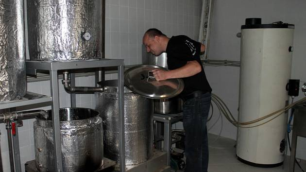 Budoucí pivovárek při Pivnici u Šneka již má většinu potřebného vybavení pro vaření piva připravenou.