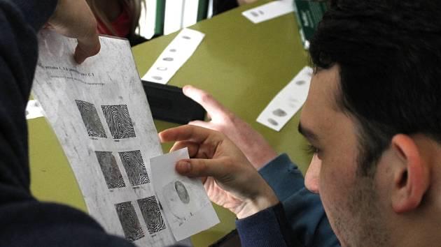 Vysokoškoláci z pražské VŠCHT přijeli do Znojma předvést žákům gymnázia forenzní chemii.