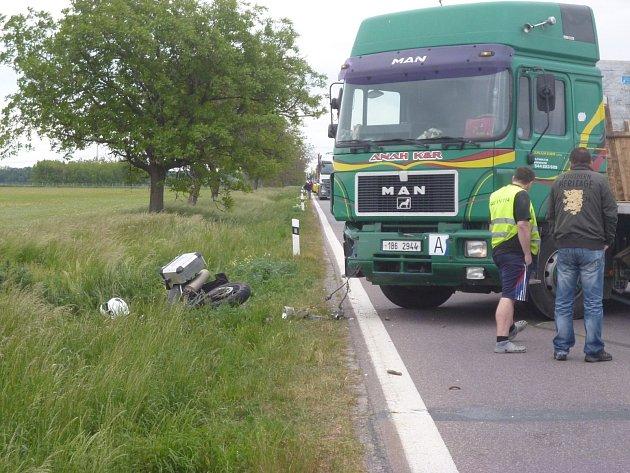 Po srážce motocyklu s kamionem museli záchranáři maďarského motorkáře oživovat, následně jej vrtulník dopravil do brněnské nemocnice.
