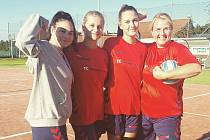 Tým národních házenkářek z Miroslavi (v červeném) se dal dohromady po třech letech. Celku patří po podzimní části sezony třetí místo v jihomoravském přeboru žen.