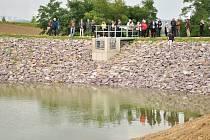 Nové vodní dílo vybudovali za pět milionů korun v Lesonicích na Znojemsku. Bude sloužit k zadržení vody, ale také k rekreaci, rybolovu i potápěčům na tréninky.