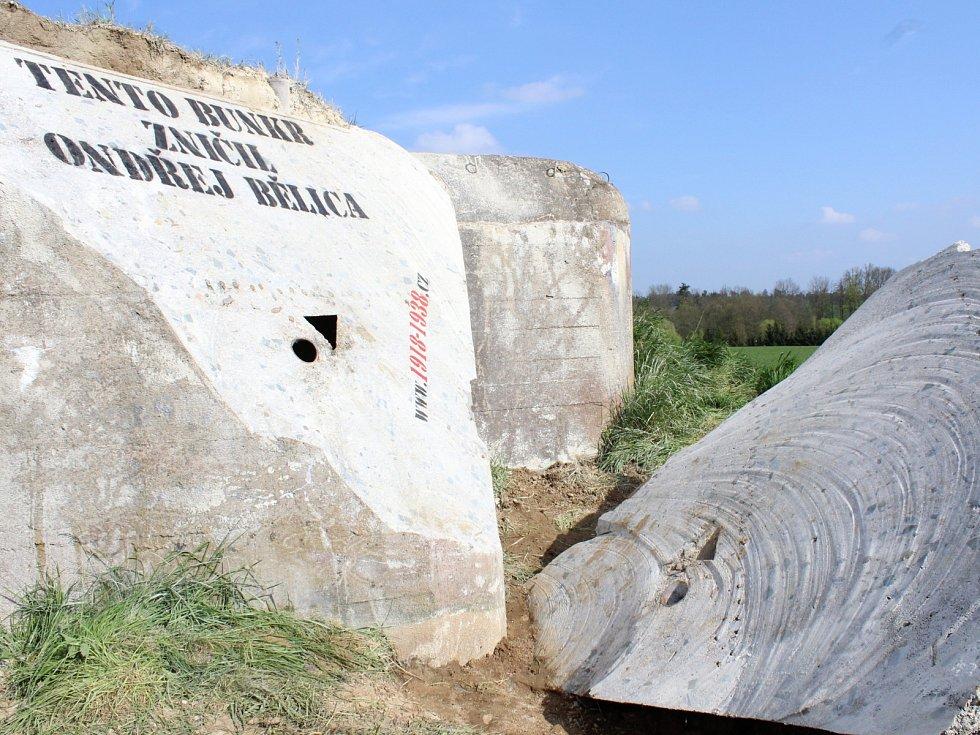 Rozříznutou pevnůstku u Vratěnína někdo ve čtvrtek pokreslil kritickým nápisem. Na novou podobu bunkru se chodí dívat někteří místní lidé.