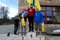 Roman Franek (první zprava) si v polovině listopadu vyplaval třetí místo na závodech O ledové čapó v Plumlově.