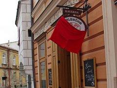 Na znojemské kavárně U Mlsného kocoura zavlály ve volební dny červené trenýrky.