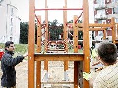 Pracovníci specializované firmy sestavují v těchto dnech prolézačky, houpačky a skluzavky na celkem šestnácti místech ve Znojmě a okolí.