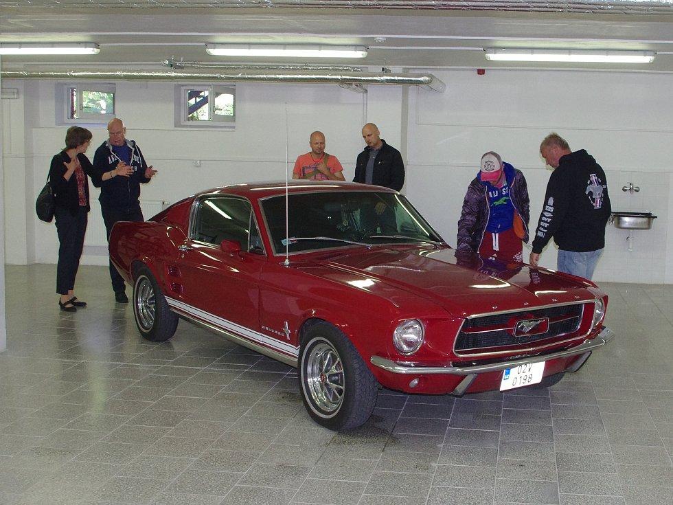 Za milion a deset tisíc korun prodal finanční úřad v dražbě Ford Mustang z roku 1967.