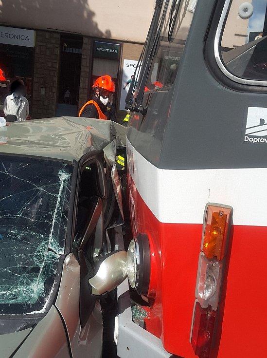 Květnová srážka tramvaje a osobního auta v Palackého třídě v brněnském Králově Poli.