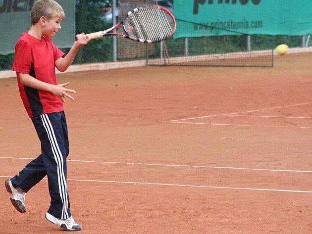 Tenisový klub ve čtvrtek uspořádal pro nejmenší okresní přebor v baby tenise. V sychravém počasí dorazilo na antukové dvorce osm tenistů.