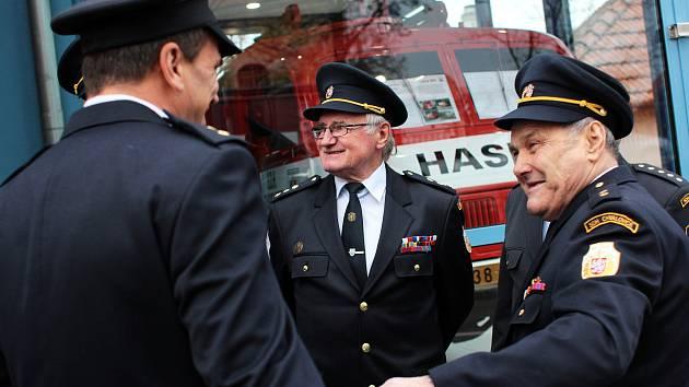 Tasovičtí hasiči otevřeli novou přístavbu. Schovali v ní historickou tatrovku