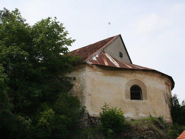 Chátrající jízdárna Vranovského zámku
