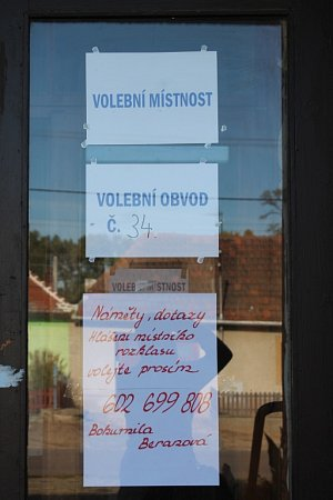 VOblekovicích teď lidé řeší, jestli plakátech na dveřích volební místnosti neporušil volební zákon.