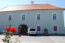 Chvalovičtí dokončují rekonstrukci bývalého Alt hotelu. Už prý má i nové jméno. Bude se jmenovat Daníž. Má decentní zelenkavou fasádu a kvalitní měděné okapy. Na rekonstrukci vyčlenilo vedení obce jednadvacet milionů korun.