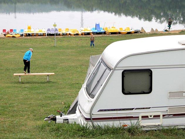 Deštivé počasí posledních dní ukončilo hlavní nápor turistů v kempech na Znojemsku. Ještě několik desítek lidí si ve středu užívalo konce prázdnin v Campu Výr u Výrovic. Lidé tam především rybařili.