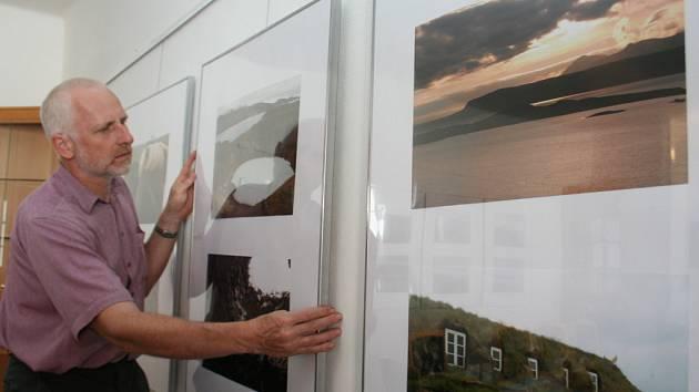 Jiří Eisenbruk instaluje sevé fotografie.
