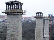 Železniční most je pryč z pilířů