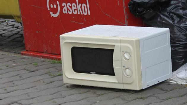 Lidé nechávají v ulicíh Znojma nepotřebné předměty, které v domácnosti dosloužily.