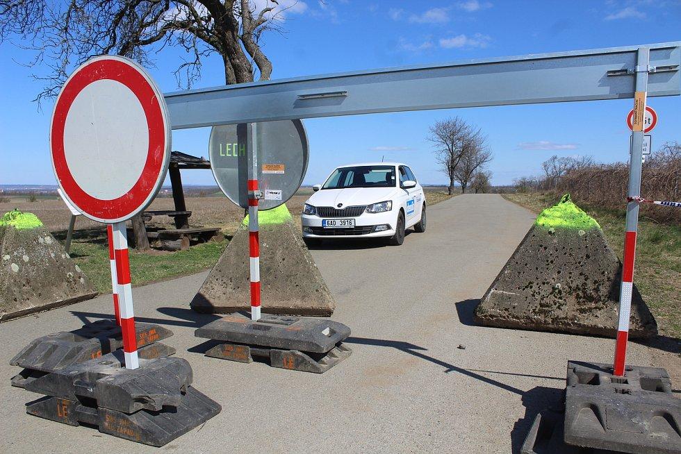 Dvě silnice z Jaroslavic do Rakouska zabezpečila policie proti volnému přejíždění dopravními značkami a betonovými jehlany.