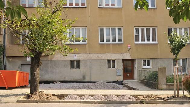 Zelený pás trávy nahradilo v ulici 17. listopadu ve Znojmě parkovací stání pro auta.