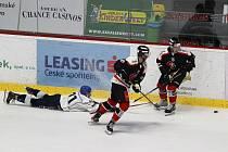 Hokejisté Znojma (v černém) zvítězili ve čtvrtek ve druhém přípravném utkání. Doma porazili Tábor 3:2.