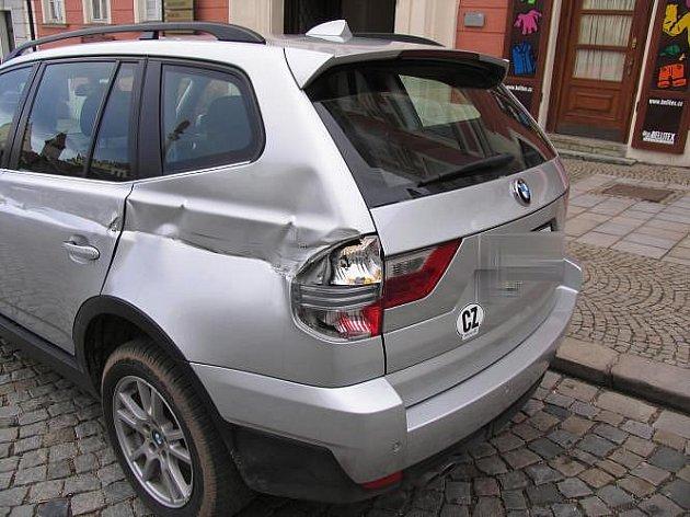 Poškodil stojící vozidlo.