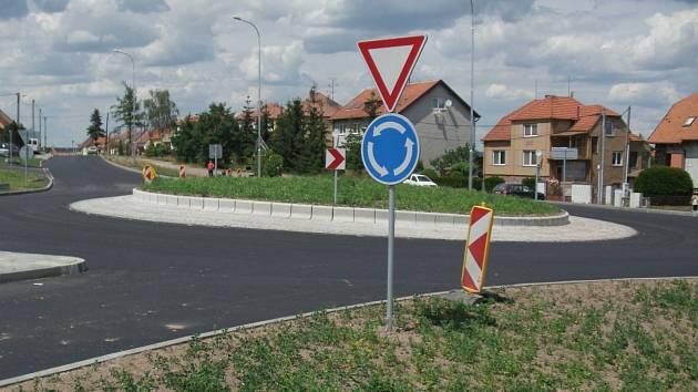 Nový průtah Polánkou přišel na 77 milionů a silnice získala i nový kruhový objezd.