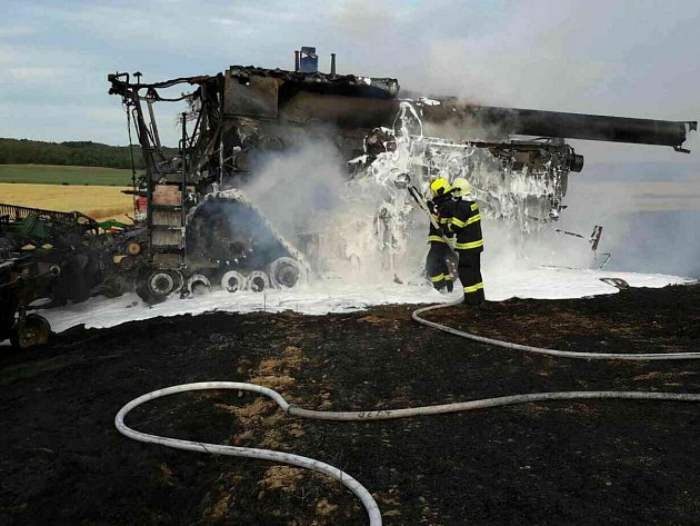 Požár kombajnu u Trstěnic na Znojemsku.
