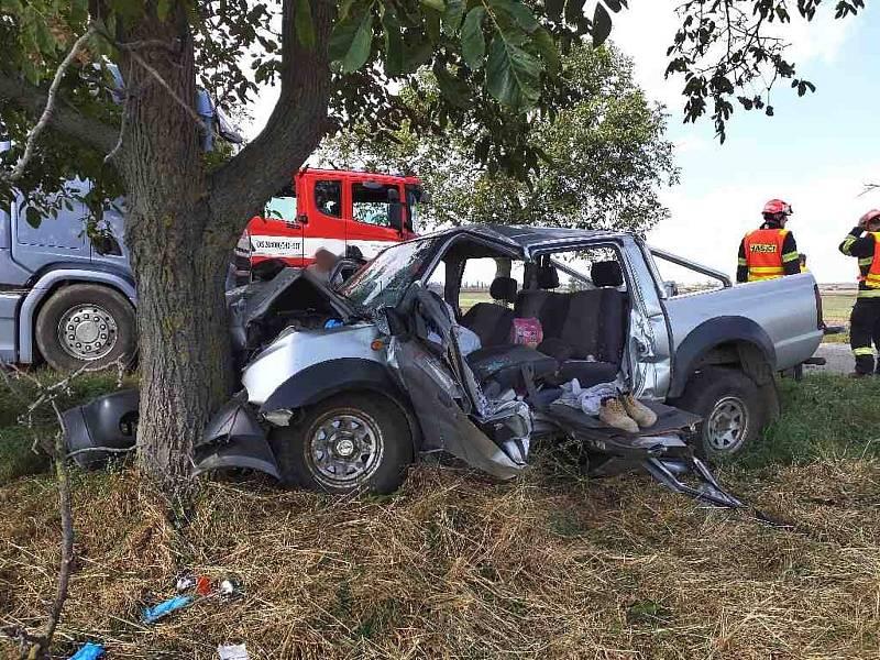 Ve Vojkovicích na Brněnsku narazilo osobní auto do stromu. Podle prvotních informací policistů zmohl řidiče mikrospánek. Zraněného muže museli z nabouraného auta vyprostit hasiči.