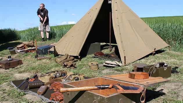 Den pevnostních muzeí Vranov. Kromě bunkru předvedla parta nadšenců návštěvníkům i venkovní expozici. Lidé obdivovali řadu unikátních dobových předmětů.