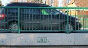 V únoru končí oficiálně opravy průtahu Dobšicemi. Auta již obcí jezdí, kolaudace silnici ještě čeká. Mostek nese označení roku výstavby.