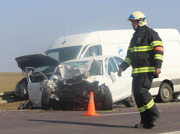 K čelní srážce dvou aut vyráželi v pondělí 13. března dopoledne záchranáři, hasiči a policisté na silnici první třídy číslo 53 mezi dyjskou křižovatkou a odbočkou na Bantice.