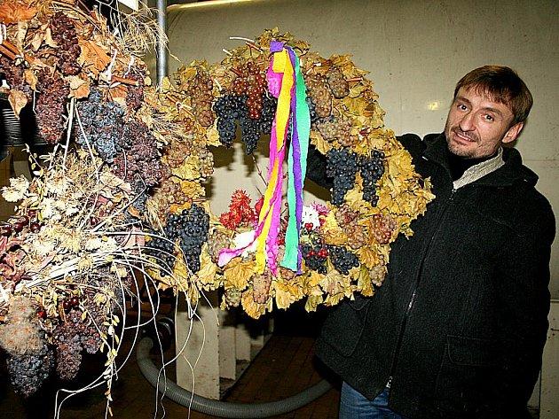 Obdobu chmelové dočesné oslavili v pondělí vinaři z Modrého sklepa v Novém Šaldorfě. Sklepmistrovi Antonínu Koníčkovi přivezli při té příležitosti věnec z halouzek vinné révy a hroznů. Ten jej tak mohl pověsit k věnci loňskému.