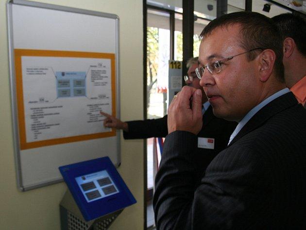Nový systém si prohlídl i starosta města Petr Nezveda