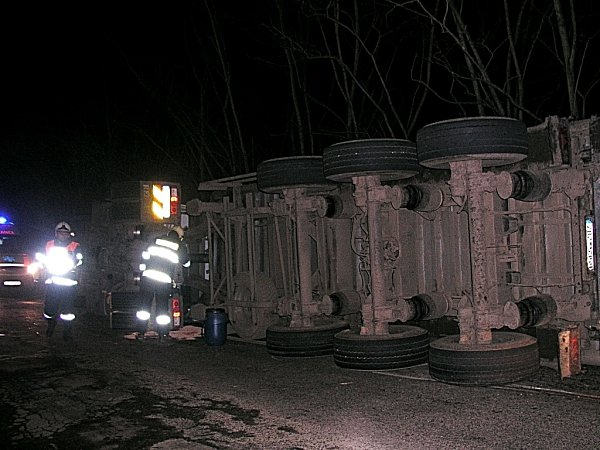 Kvážné dopravní nehodě kamionu vyjížděli vneděli časně ráno hasiči a záchranka kHostěradicím.