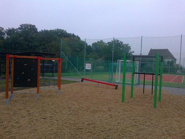 Workoutové prvky najdou Vémysličtí na školním hřišti.
