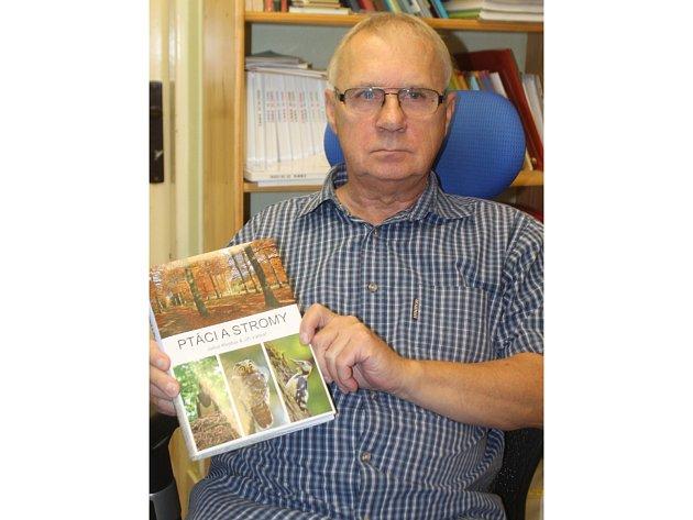 Známý ornitolog z Branišovic Julius Klejdus vydal už svoji pátou knihu. Nese název Ptáci a stromy a spoluautorem je Jiří Vačkař.