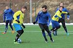 Fotbalisté Tasovic (v modrém) měli loni touto dobou za sebou už přípravný zápas s Moravským Krumlovem. Letos celek z krajského přeboru ještě nehostili.