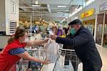 Do sobotní potravinové sbírky Oblastní charity Znojmo lidé darovali přes dvě a půl tuny potravin a drogerie.